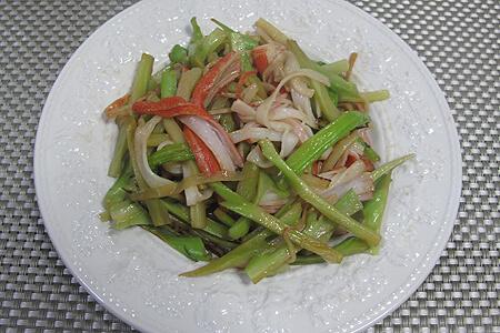 ブロッコリーの芯とカニかまの炒め物